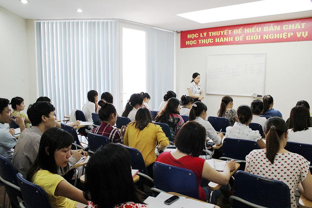 Giảng viên đang truyền đạt lại những kỹ năng quan trọng trong một khóa học kế toán tại trường đại học kinh tế